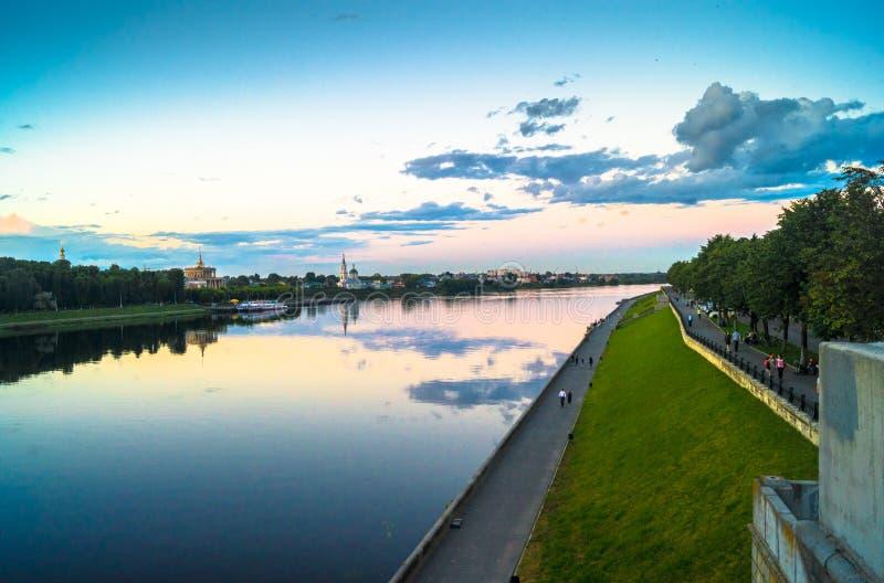 Η στιλπνή επιφάνεια καθρεφτών του ποταμού του Βόλγα απεικονίζει το δραματικό ουρανό ηλιοβασιλέματος Πόλη Tver, Ρωσία στοκ εικόνα με δικαίωμα ελεύθερης χρήσης