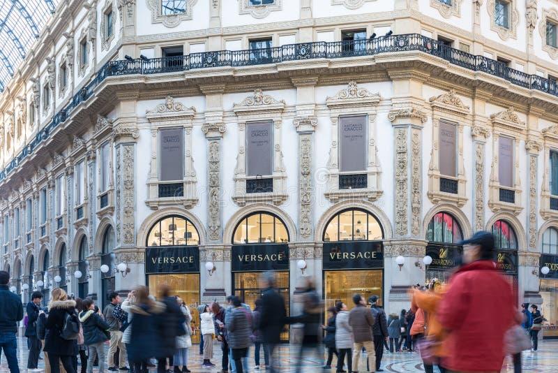 Η στοά Vittorio Emanuele ΙΙ πλατεία Duomo και Versace ψωνίζει στο κέντρο του Μιλάνου, Ιταλία στοκ φωτογραφία