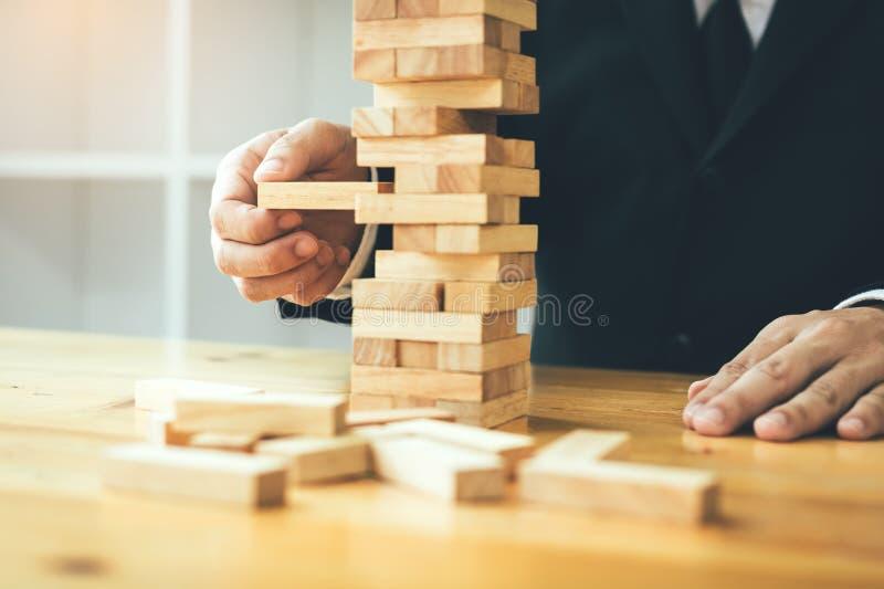 Η στρατηγικοί σκέψη και ο κίνδυνος από τους επιχειρηματίες τραβούν την ξύλινη ομάδα στοκ φωτογραφία με δικαίωμα ελεύθερης χρήσης