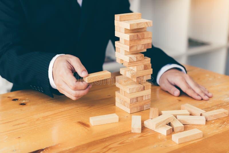 Η στρατηγικοί σκέψη και ο κίνδυνος από τους επιχειρηματίες τραβούν τους ξύλινους φραγμούς από την ομάδα στοκ φωτογραφία με δικαίωμα ελεύθερης χρήσης