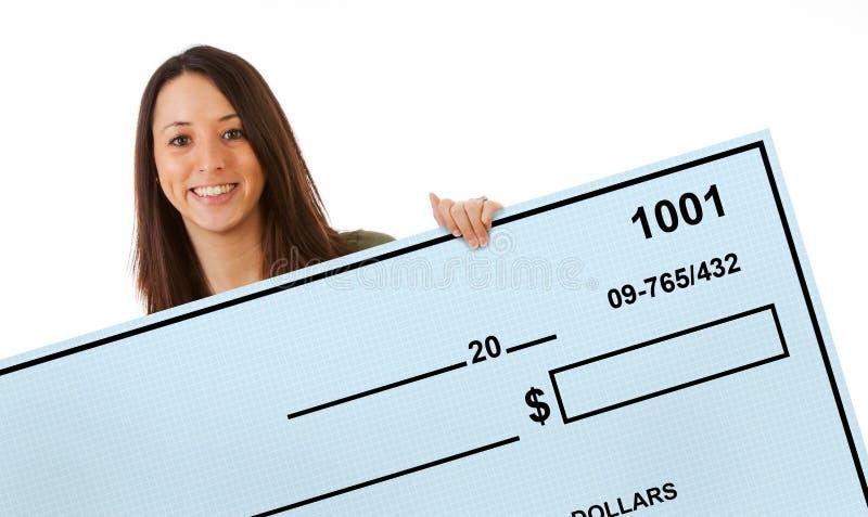 Η συγκινημένη γυναίκα κρατά ψηλά το γιγαντιαίο κενό έλεγχο τράπεζας στοκ φωτογραφίες