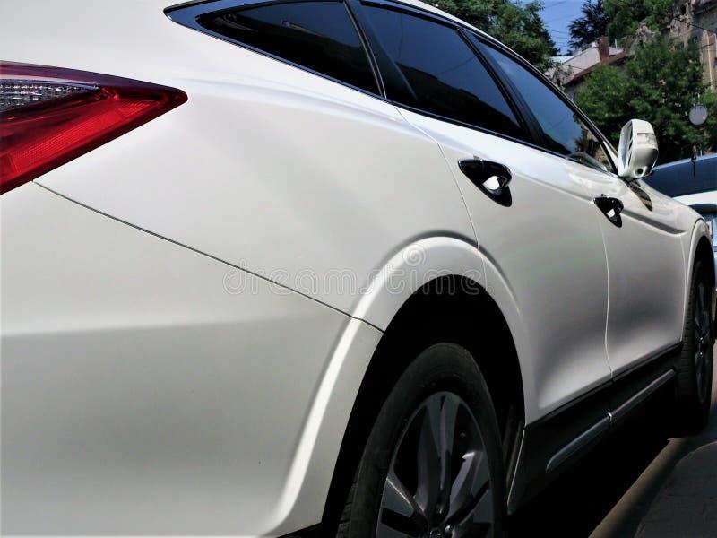 η συγκομιδή αυτοκινήτων ανασκόπησης περιέλαβε εύκολα έξω το μονοπάτι στο διανυσματικό λευκό στοκ φωτογραφία