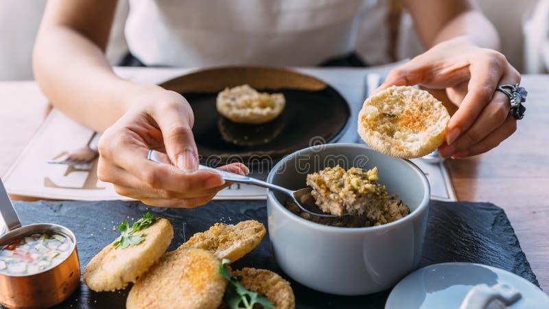 Η συγκόλληση έψησε το χοιρινό κρέας που ολοκληρώθηκε στη σχάρα με το cilantro σε ένα αγγλικό muffin κάλυμμα με παστωμένος, λαχανι στοκ φωτογραφία