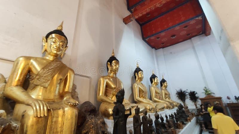 Η συλλογή αγαλμάτων του Χρυσού Βούδα ήταν στο μοναστήρι στο Sin Buri THailand στοκ εικόνες