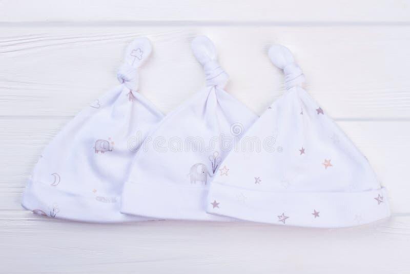Η συλλογή των άσπρων καπέλων κόμβων, κλείνει επάνω στοκ εικόνα