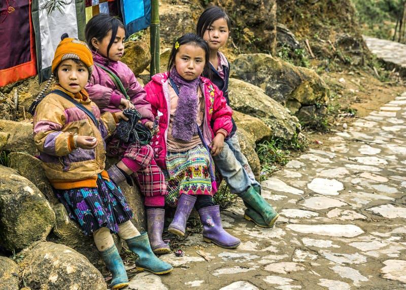 Η συμμορία τεσσάρων νέων κοριτσιών περιμένει κατά μήκος του δρόμου στοκ φωτογραφία