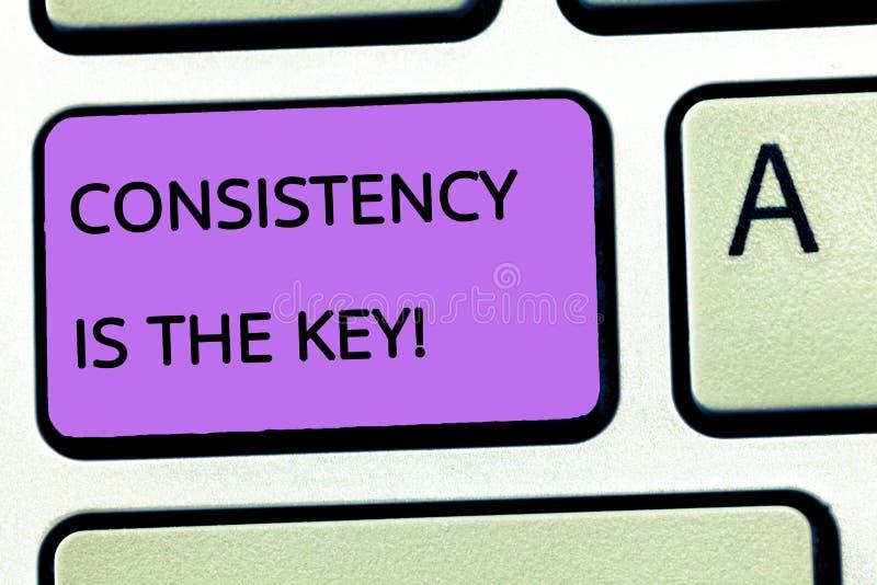 Η συνέπεια κειμένων γραψίματος λέξης είναι το κλειδί Η επιχειρησιακή έννοια για την πλήρη αφιέρωση σε έναν στόχο μια διαμόρφωση σ στοκ φωτογραφία
