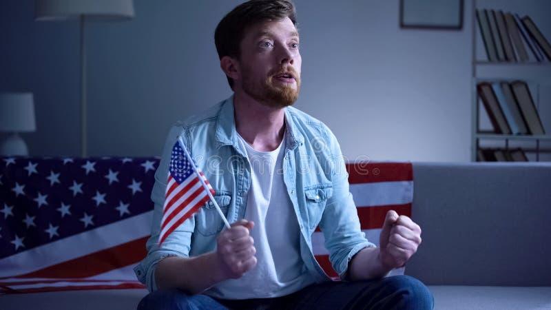 Η συναισθηματική αμερικανική ΑΜΕΡΙΚΑΝΙΚΗ σημαία εκμετάλλευσης ατόμων και η εκλογή προσοχής οδηγούν στο σπίτι TV στοκ εικόνες