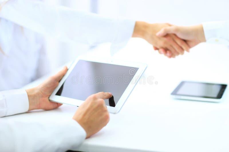 Η συναλλαγή ολοκληρώθηκε Οι επιχειρηματίες τινάζουν τα χέρια στοκ φωτογραφία