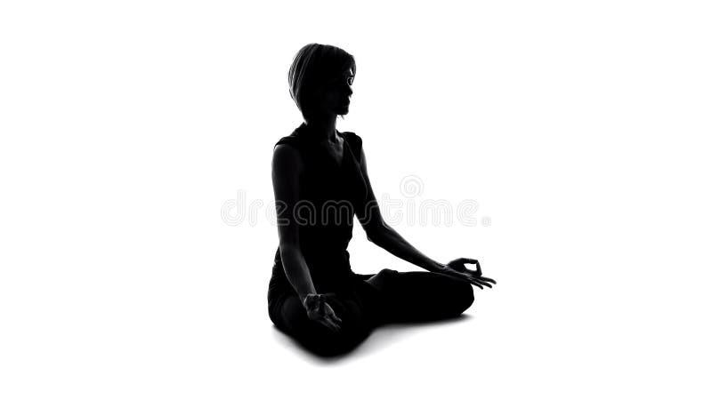 Η συνεδρίαση γυναικών στο λωτό θέτει και, βρίσκοντας την ειρήνη γιόγκας, namaste χειρονομία στοκ φωτογραφία με δικαίωμα ελεύθερης χρήσης