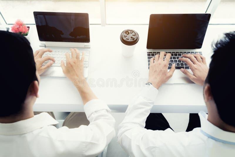 Η συνεδρίαση επιχειρησιακών ατόμων δύο φίλων στον καφέ και πίνει τον καφέ τοπ άποψη δύο επιχειρηματιών συναδέλφων που εργάζονται  στοκ φωτογραφία με δικαίωμα ελεύθερης χρήσης