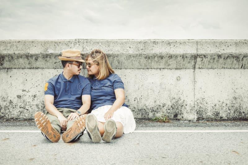 Η συνεδρίαση ζεύγους στο δρόμο και παίρνει τη φωτογραφία μαζί για το γάμο στοκ εικόνες
