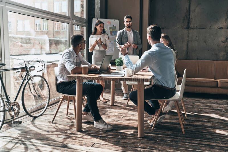 Η συνεργασία είναι ένα κλειδί στα καλύτερα αποτελέσματα Δύο νέοι συνάδελφοι con στοκ φωτογραφία