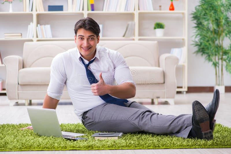 Η συνεδρίαση επιχειρηματιών στο πάτωμα στην αρχή στοκ εικόνες με δικαίωμα ελεύθερης χρήσης