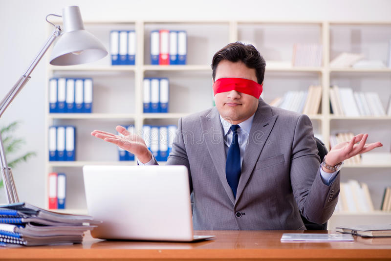Η συνεδρίαση επιχειρηματιών blindfold στο γραφείο στην αρχή στοκ εικόνες