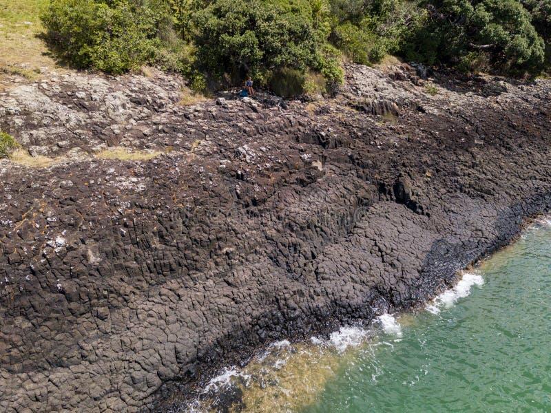Η Συνθήκη Waitangi στηρίζει τους ηφαιστειακούς βράχους ακτών στοκ εικόνα με δικαίωμα ελεύθερης χρήσης