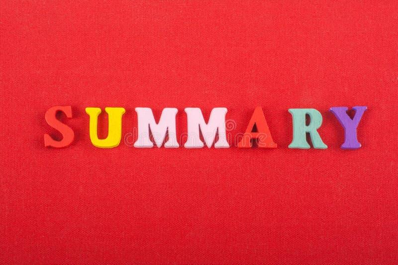 Η ΣΥΝΟΠΤΙΚΗ λέξη στο κόκκινο υπόβαθρο σύνθεσε από τις ζωηρόχρωμες ξύλινες επιστολές φραγμών αλφάβητου abc, διάστημα αντιγράφων γι στοκ εικόνες