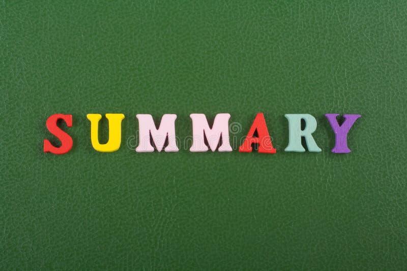 Η ΣΥΝΟΠΤΙΚΗ λέξη στο πράσινο υπόβαθρο σύνθεσε από τις ζωηρόχρωμες ξύλινες επιστολές φραγμών αλφάβητου abc, διάστημα αντιγράφων γι στοκ φωτογραφία με δικαίωμα ελεύθερης χρήσης
