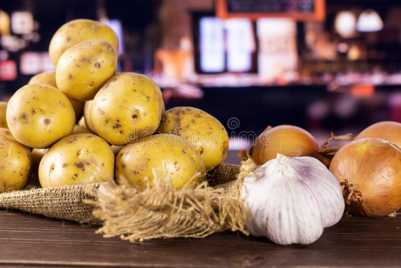 Η συνταγή έψησε βαθμιαία τις πατάτες με το κρεμμύδι με το εστιατόριο στοκ εικόνες με δικαίωμα ελεύθερης χρήσης
