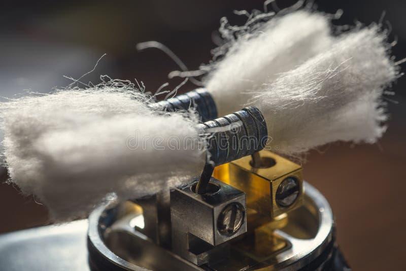 Η συσκευή ή το στάλαγμα RDA Vape χωρίς τη τοπ ΚΑΠ, τις σπείρες και πρόσθιο ατμό βαμβακιού καλύπτει Ηλεκτρονικό ε - τσιγάρο, ψεκασ στοκ φωτογραφίες με δικαίωμα ελεύθερης χρήσης