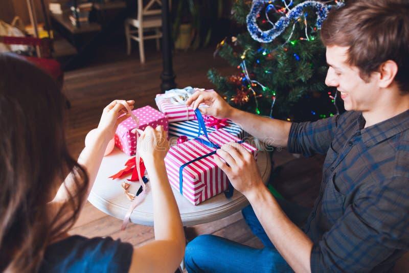 Η συσκευασία ατόμων χαμόγελου παρουσιάζει με τη σύζυγο στοκ φωτογραφία με δικαίωμα ελεύθερης χρήσης