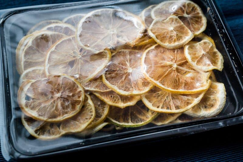 Η συσκευασία του ξηρού λεμονιού τεμαχίζει/ξηρός και τεμαχισμένος στο πλαστικό κιβώτιο/το εμπορευματοκιβώτιο στοκ φωτογραφίες