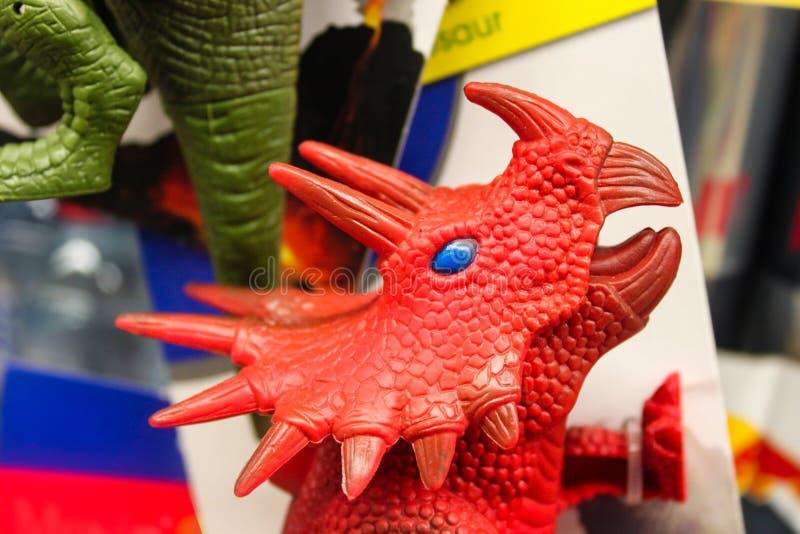 Η συσκευασία των δεινοσαύρων παιχνιδιών με ένα κόκκινο κεφάλι του Dino triceratops χαρακτήρισε - εκλεκτική εστίαση στοκ εικόνες με δικαίωμα ελεύθερης χρήσης