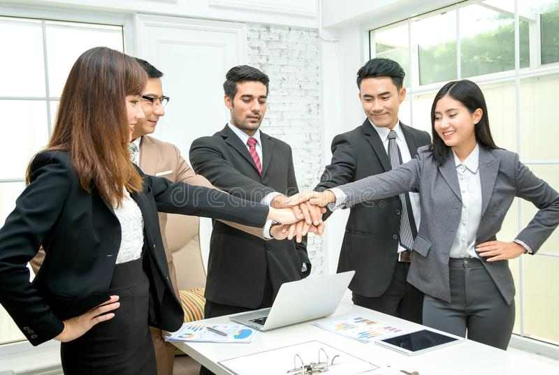 η συσσώρευση επιχειρηματιών παραδίδει την αίθουσα συνεδριάσεων στοκ εικόνα με δικαίωμα ελεύθερης χρήσης