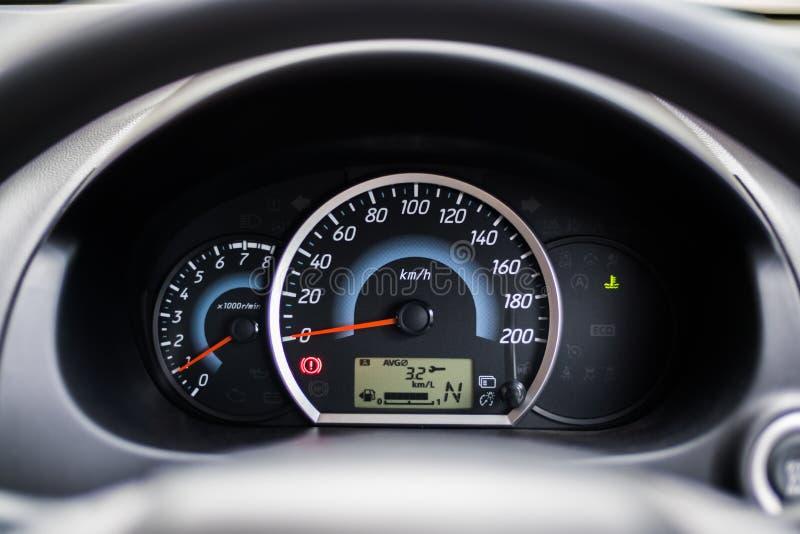 Η συστάδα οργάνων αυτοκινήτων Eco παρουσιάζει χιλιόμετρα ανά λίτρο στοκ φωτογραφία με δικαίωμα ελεύθερης χρήσης