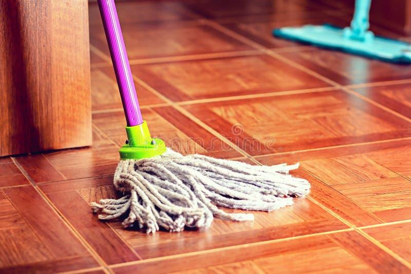 Η σφουγγαρίστρα σχοινιών για τον καθαρισμό του πατώματος είναι στο πάτωμα του κεραμιδιού στοκ εικόνα με δικαίωμα ελεύθερης χρήσης