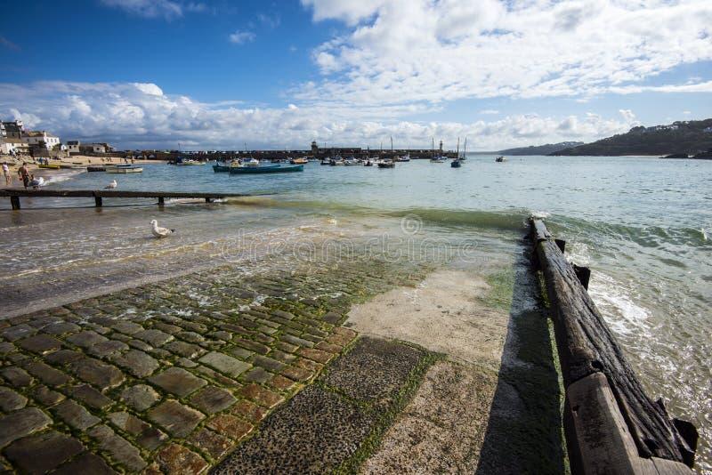 Η σχάρα καθελκύσεως στο λιμάνι του ST Ives στην Κορνουάλλη, Αγγλία στοκ φωτογραφία