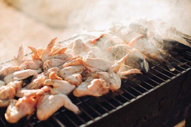 Η σχάρα χοιρινού κρέατος, που μαγειρεύεται στην ψημένη στη σχάρα σχάρα ξυλάνθρακα είναι όμορφη Το κρέας στην πυρκαγιά Το κρέας στ στοκ φωτογραφία με δικαίωμα ελεύθερης χρήσης