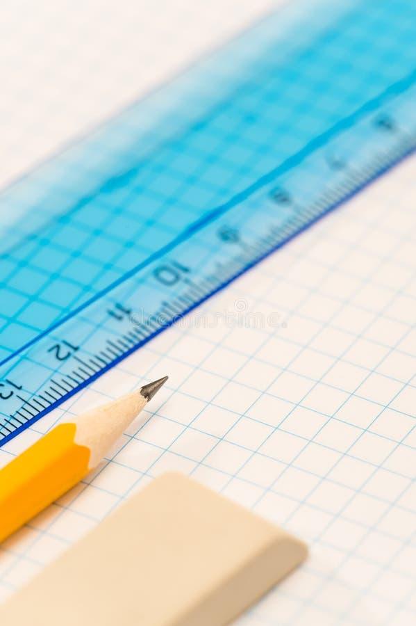 Η σχολική γεωμετρία παρέχει το μολύβι, το λάστιχο και τον κυβερνήτη στοκ εικόνες