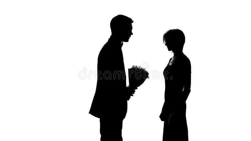 Η σύζυγος που εξετάζει το σύζυγο με την ανθοδέσμη, αίσθημα έβλαψε, κρίσηη σχέσης ελεύθερη απεικόνιση δικαιώματος