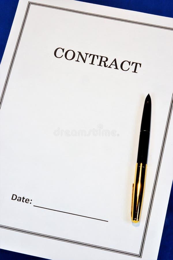 Η σύμβαση - η προοπτική του οικονομικού κέρδους, μια επιτυχής στρατηγική γραφείων Στον υπολογιστή γραφείου, η μάνδρα, η μορφή του στοκ φωτογραφία