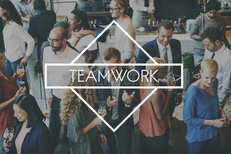 Η σύμπραξη Teambuilding ομαδικής εργασίας ομάδας εξουσιοδοτεί την έννοια στοκ φωτογραφίες