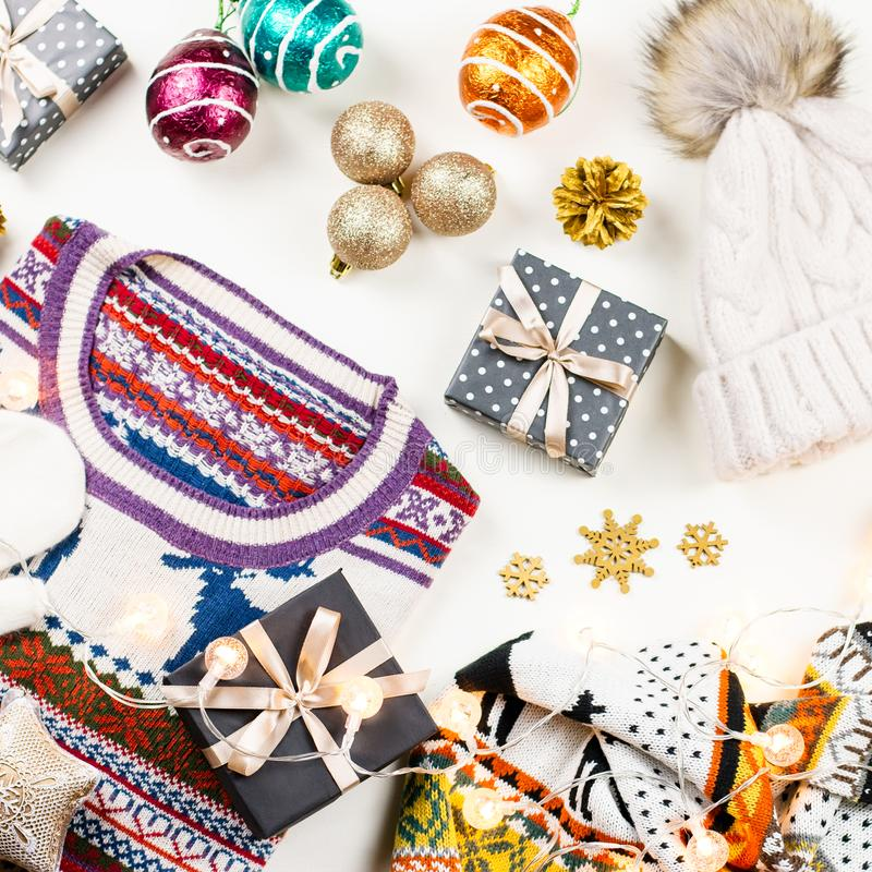 Η σύνθεση διάθεσης Χριστουγέννων με το πουλόβερ Χριστουγέννων, καπέλο, παρουσιάζει και ανάβει Το επίπεδο χειμερινής έννοιας βάζει στοκ εικόνες με δικαίωμα ελεύθερης χρήσης