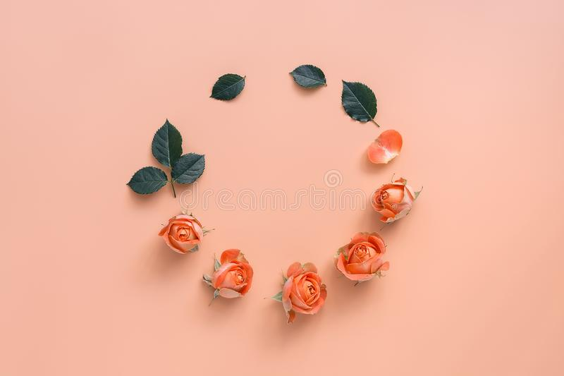 Η σύνθεση λουλουδιών, το στρογγυλό πλαίσιο των λεπτών κεφαλιών κοραλλιών των τριαντάφυλλων και τα πράσινα φύλλα σε μια κρητιδογρα στοκ φωτογραφίες