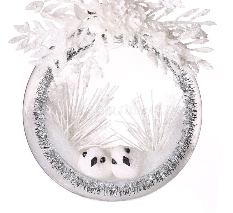 Η σύνθεση Χριστουγέννων με δύο μικρά πουλιά ακτινοβολεί μέσα μπιχλιμπίδι στοκ εικόνα