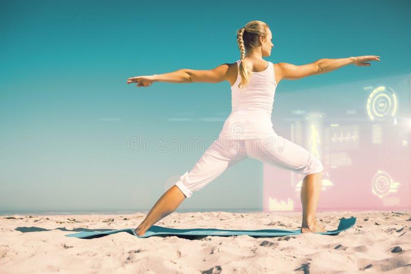 Η σύνθετη εικόνα της ήρεμης γυναίκας που στέκεται στον πολεμιστή θέτει στην παραλία ελεύθερη απεικόνιση δικαιώματος