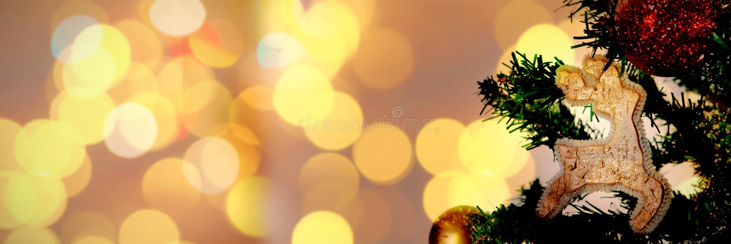 Η σύνθετη εικόνα των φω'των και της εστίας χριστουγεννιάτικων δέντρων απεικόνιση αποθεμάτων