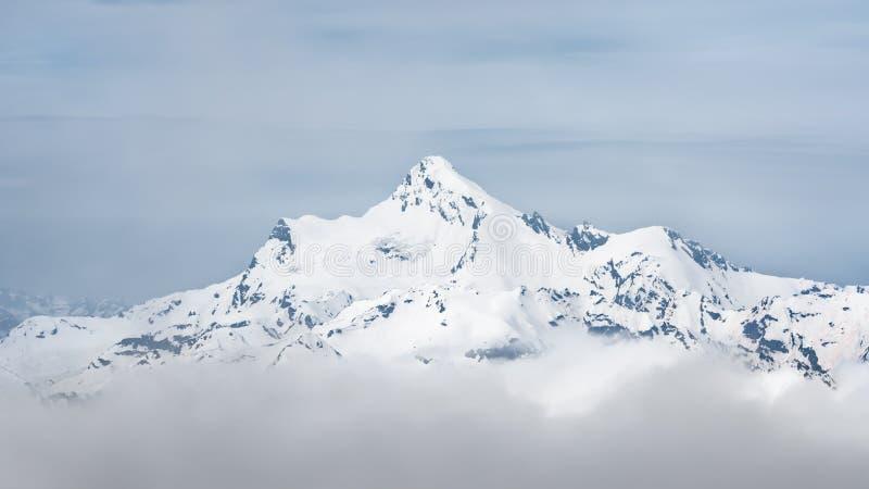 Η σύνοδος κορυφής της σειράς Stavler Καύκασου Άποψη από το υποστήριγμα Elbrus στοκ εικόνες
