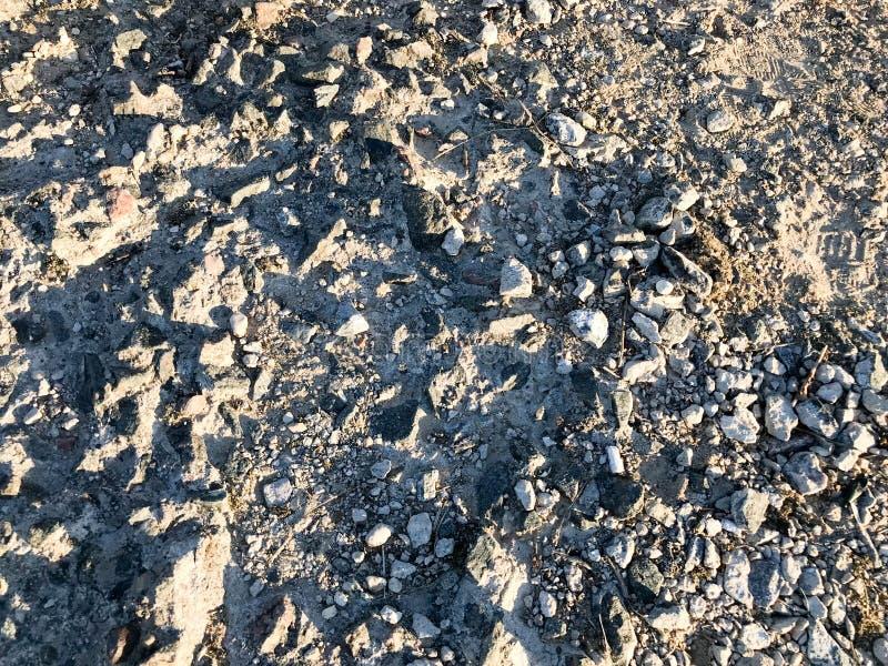 Η σύσταση μιας γκρίζας πέτρας που σπάζουν, θρυμματιμένος πάτωμα πετρών τσιμέντου, τοίχοι του παλαιού ενισχυμένου σκυροδέματος εθν στοκ εικόνες με δικαίωμα ελεύθερης χρήσης