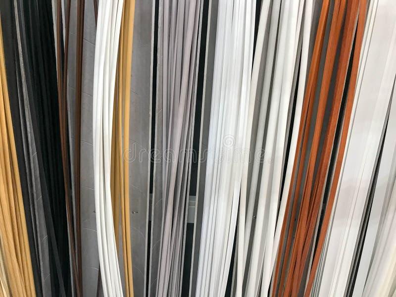 Η σύσταση του πλαστικού που χτίζει τα εσωτερικά διακοσμητικά baseboards πολύχρωμα με το χρώμα του ξύλου εθνικό verdure ανασκόπηση στοκ φωτογραφία με δικαίωμα ελεύθερης χρήσης