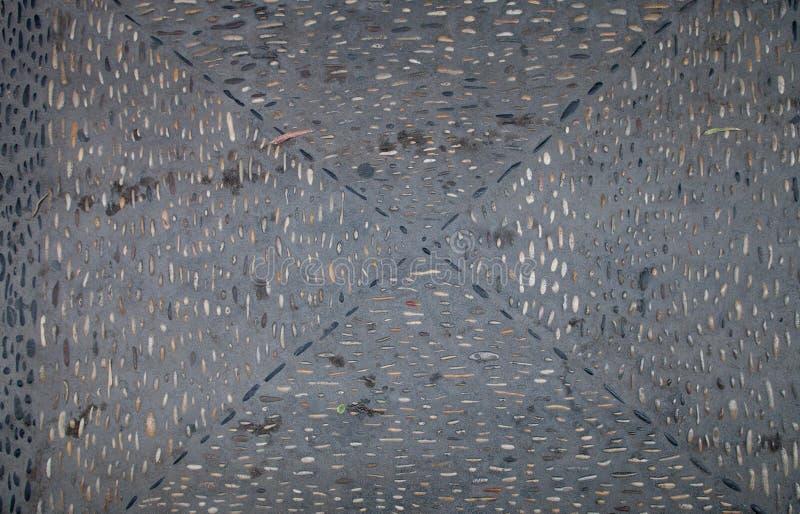 Η σύσταση του δρόμου με τα σχέδια των βράχων ποταμών και πεσμένος στοκ εικόνα