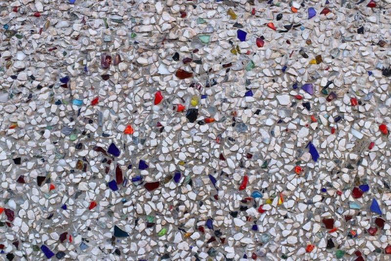 Η σύσταση των μικρών πολύχρωμων πετρών και του γυαλιού Διακόσμηση για εσωτερικός και εξωτερικός των γκρίζων τόνων Σχέδιο της προϋ στοκ εικόνα