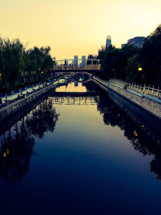 Η τάφρος στο σούρουπο απεικονίζει την ομορφιά της πόλης στοκ εικόνες