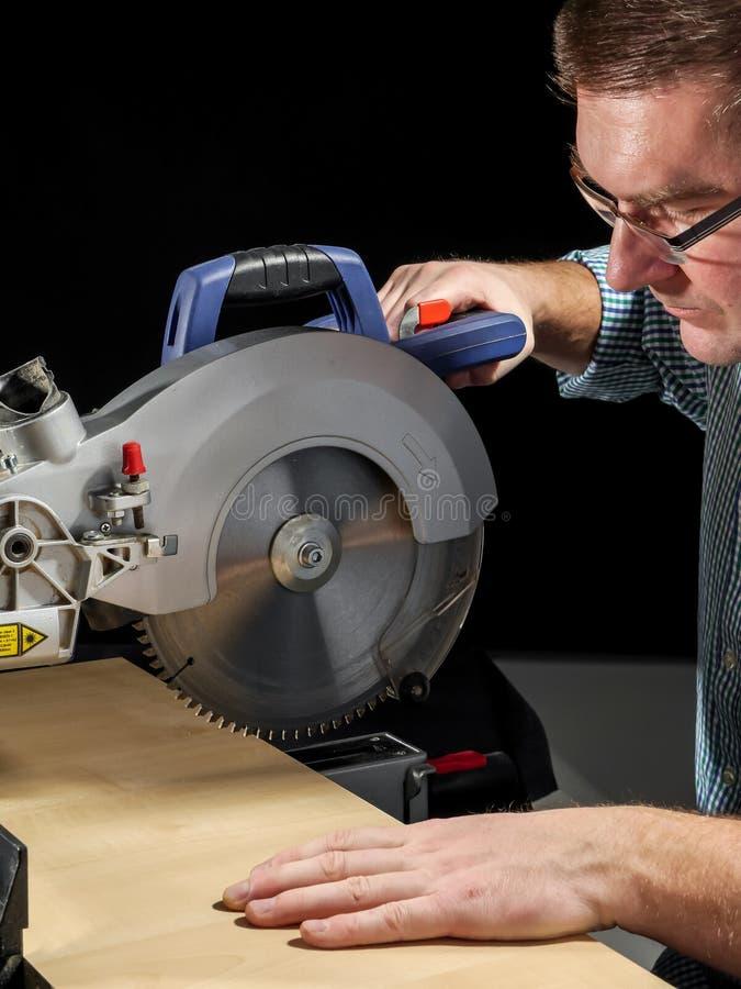 Η τέμνουσα σανίδα με συνδέει λοξά το πριόνι στοκ εικόνες με δικαίωμα ελεύθερης χρήσης
