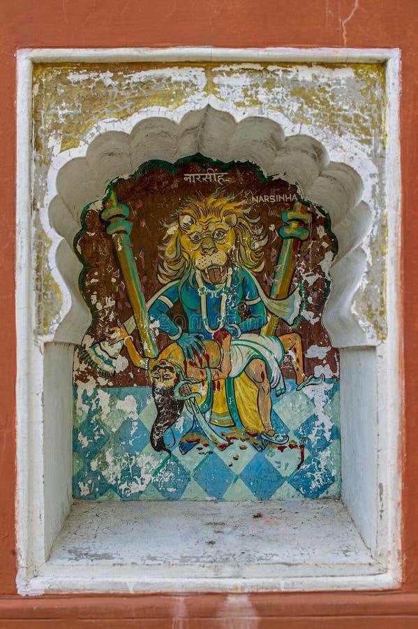 Η τέταρτη ενσάρκωση Narasinghavtar ή άτομο-λιονταριών του Λόρδου Vishnu χρωμάτισε colourfully στον τοίχο του ναού Vishnu Narayan  στοκ φωτογραφία με δικαίωμα ελεύθερης χρήσης
