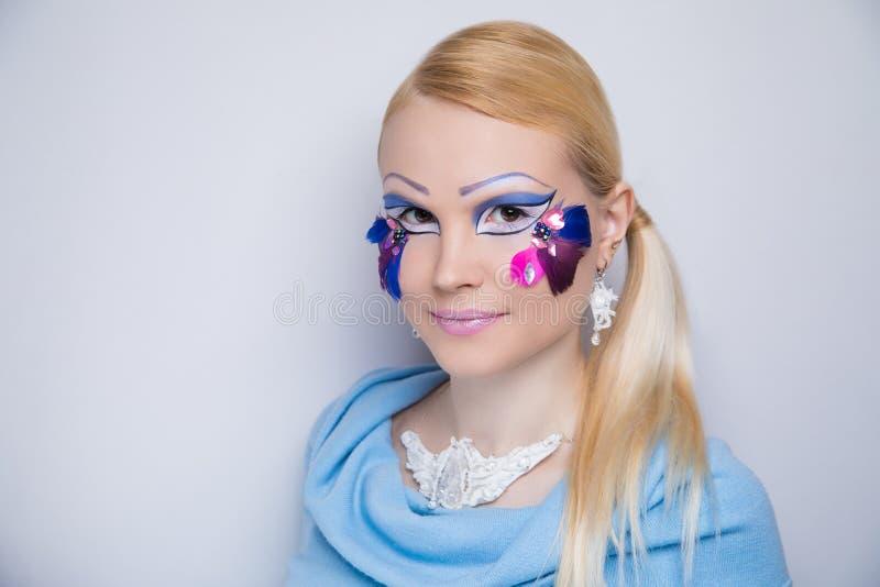 Η τέχνη γυναικών αποτελεί τα ιώδη φτερά στοκ εικόνα με δικαίωμα ελεύθερης χρήσης